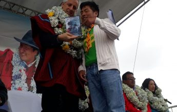 """Vicepresidente de Bolivia recibiendo la película """"El Rescate"""""""