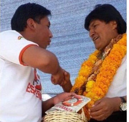 Presidente Evo Morales recibiendo el libro misionero