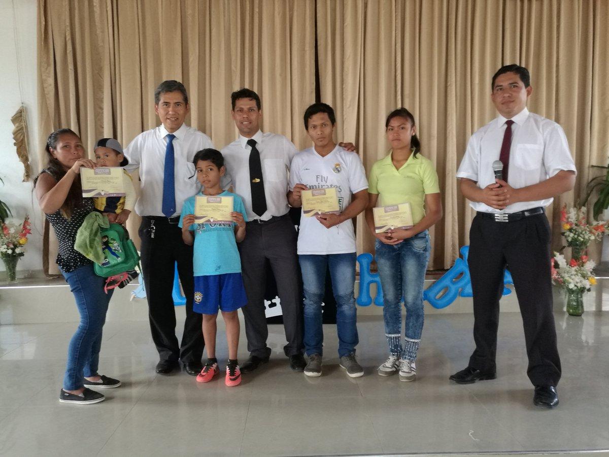 Grupo de estudiantes graduados del curso La Biblia Habla