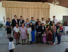 Grupo de personas bautizadas durante la campaña Pasaporte para la vida
