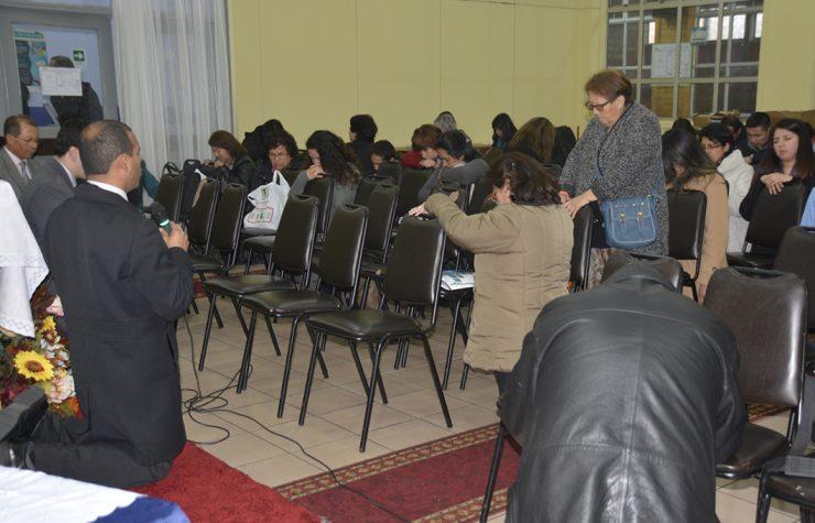 Líderes oran por una librería adventista en Concepción, Chile