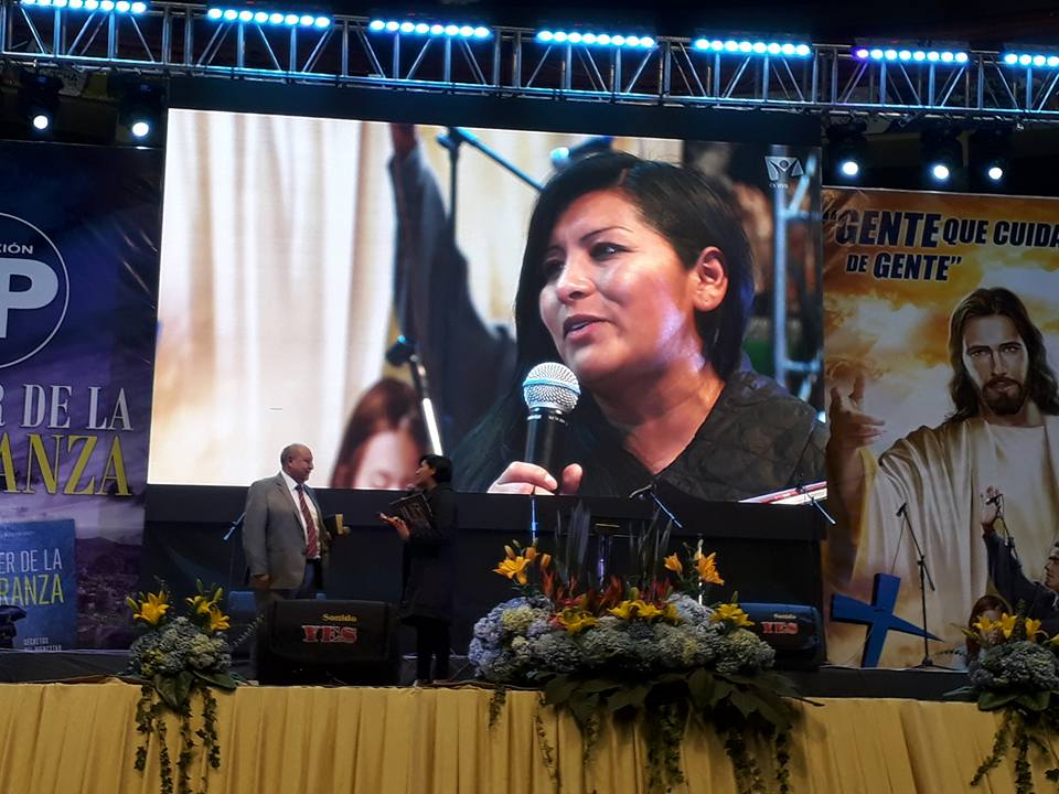 Alcaldesa Chapetón agradeciendo al Pr. Bullón