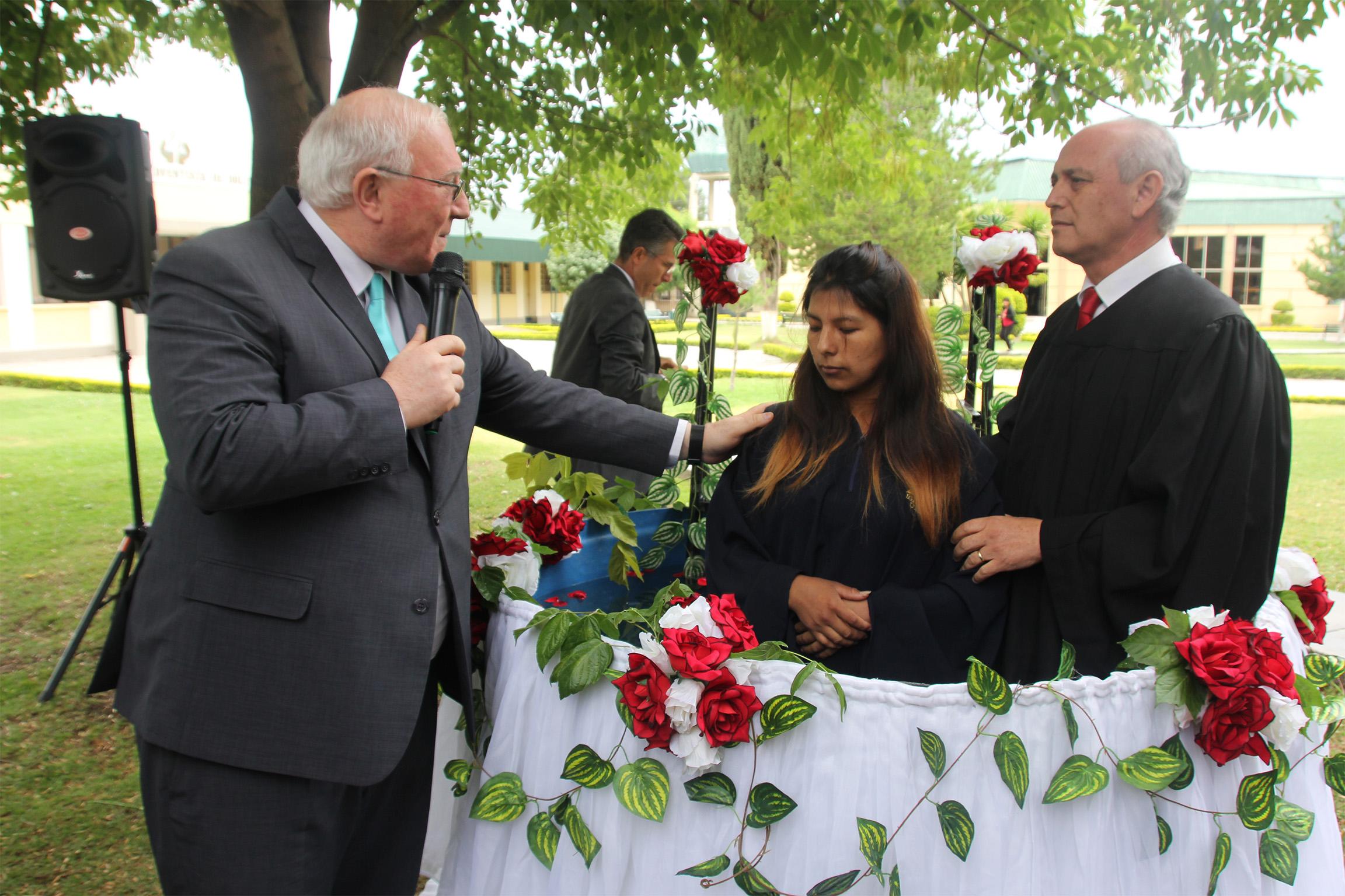 Bautismo de Maribel en el Concilio Anual de la Unión Boliviana