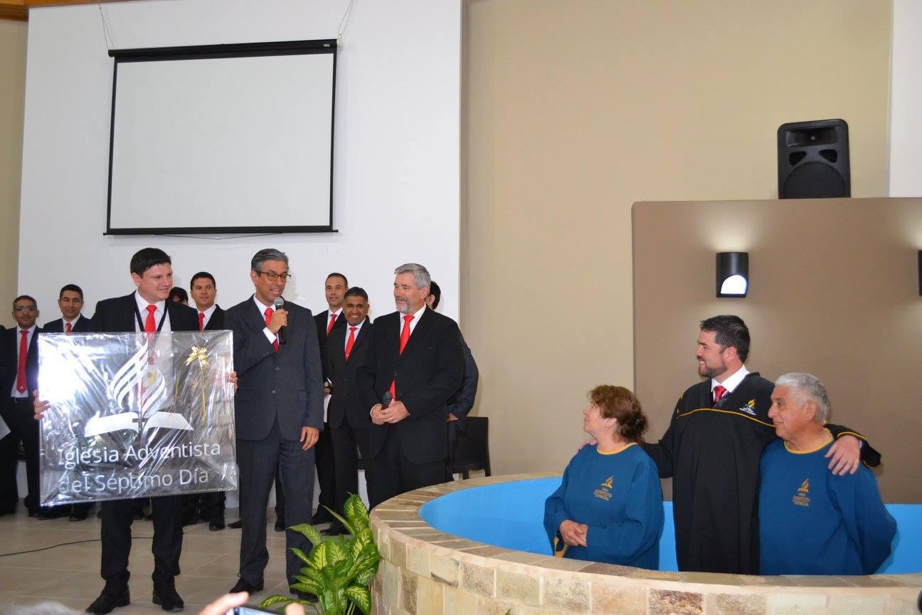 Matrimonio ahorra y construye templo que entregan a la IASD. Se bautizan en el Congreso de la AAS