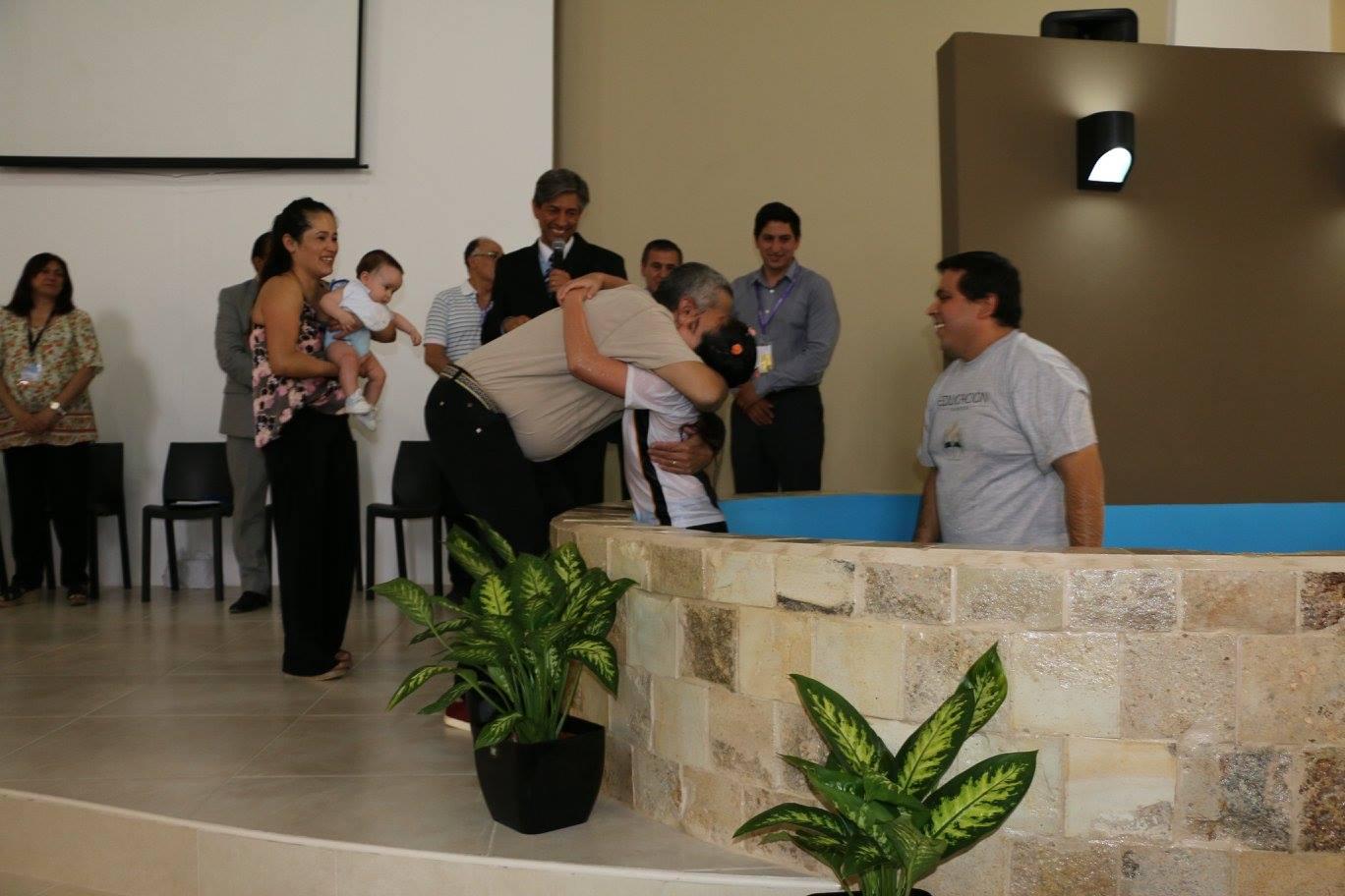 Bautismo de Jobana justo a sus padres no adventistas