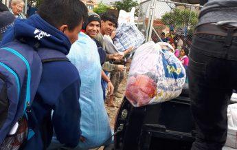 Jóvenes de la iglesia recolectando víveres para los damnificados por las lluvias