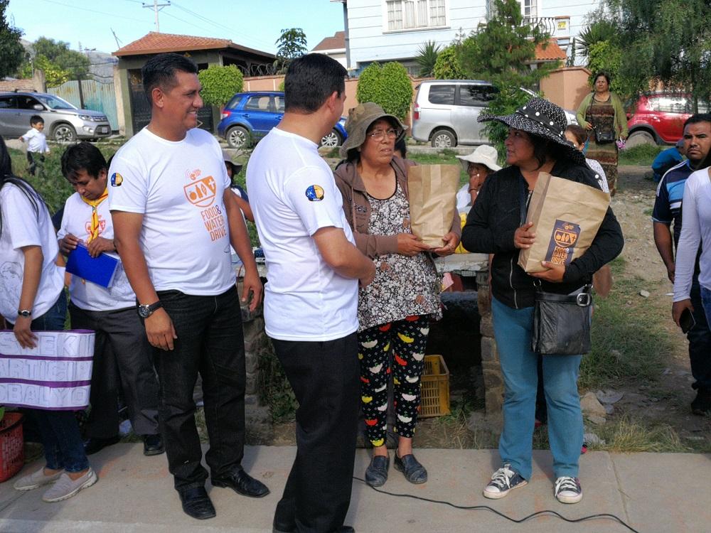 Dirigentes de la zona recibiendo los paquetes de ayuda