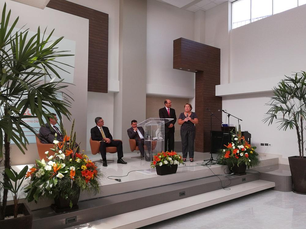 Silvia dando su testimonio en la inauguración del templo La Esperanza