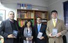 Jefa del departamento de educación en Santiago de Chile recibe libro misionero