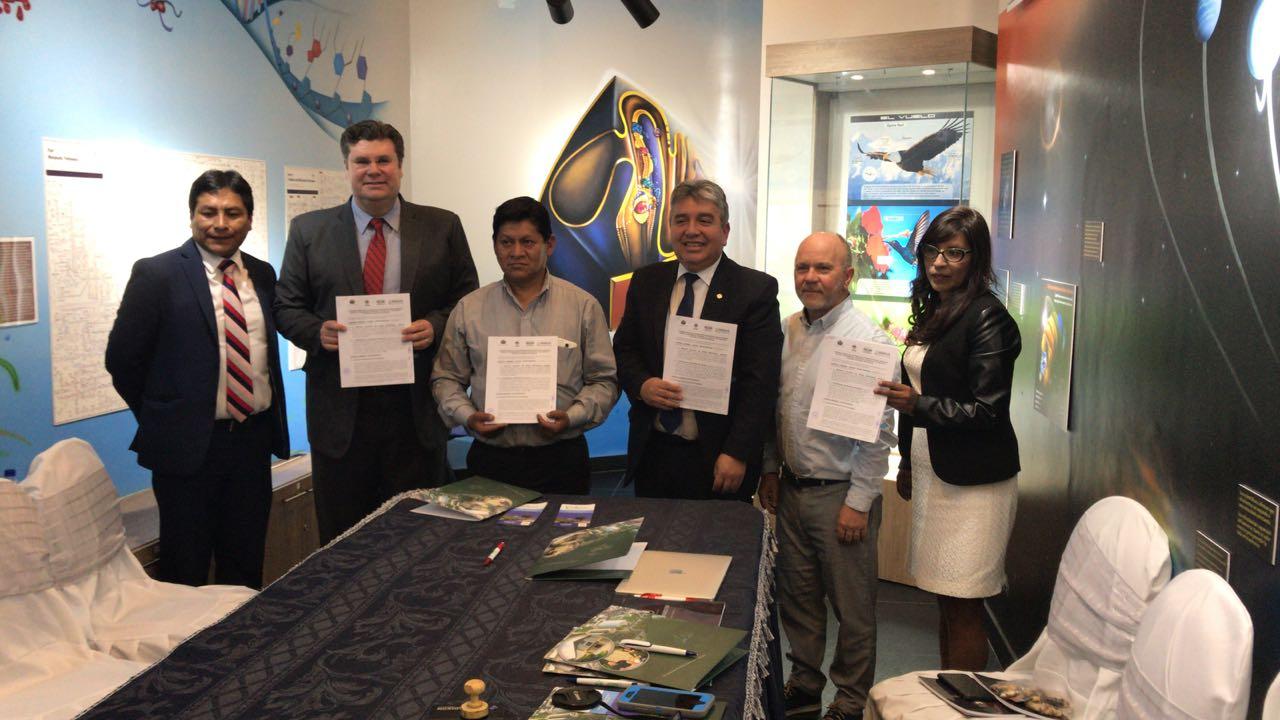 Autoridades del departamento Medio Ambiental del gobierno de Bolivia recibiendo el libro misionero