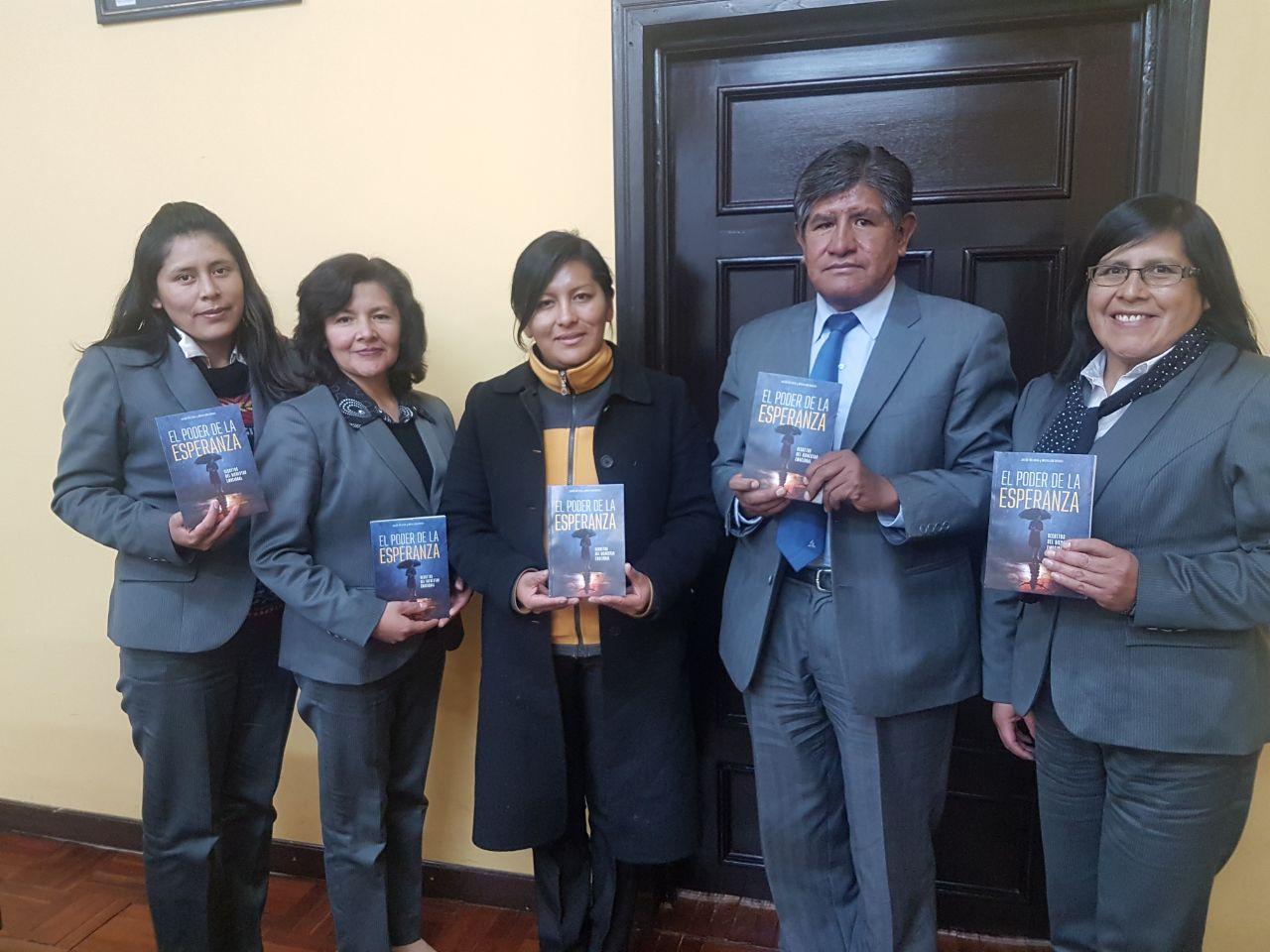 Alcaldesa Chapetón recibiendo el libro misionero