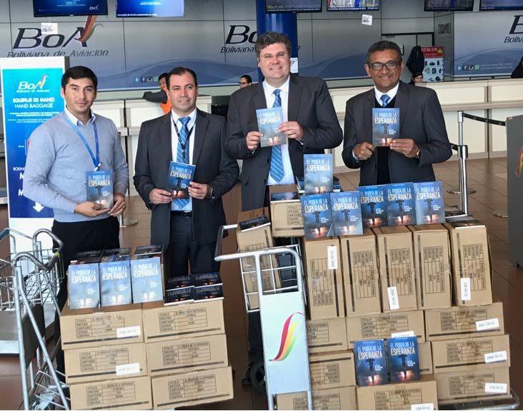 Líderes de la iglesia Adventista en Bolivia haciendo la entrega de los libros al Gerente de BoA