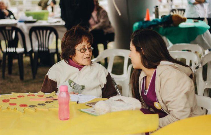 Estudiantes de salud de universidad adventista atendieron en feria comunitaria