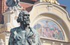 Estatua de Hus en Old Town Square, en la ciudad de Praga (Foto: Shutterstock)