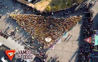 Formación de pañoleta gigante en la plaza San Francisco - La Paz