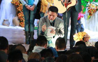 Pastor Joel Flores haciendo el llamado en la Caravana Nuevo Tiempo