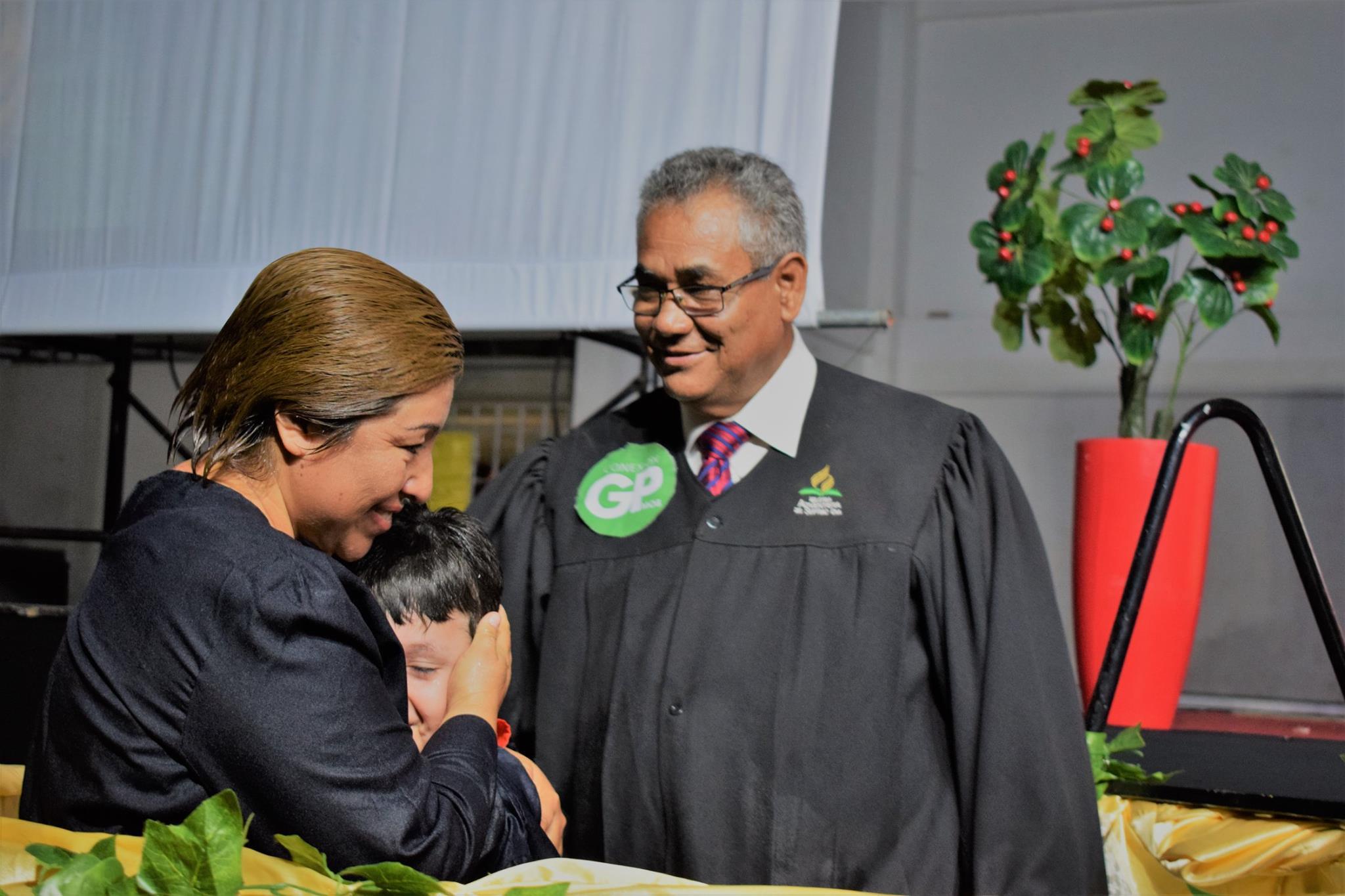 María René y su hijo en su bautismo en la caravana Nuevo Tiempo - El Poder de la Esperanza (Foto: MOB)