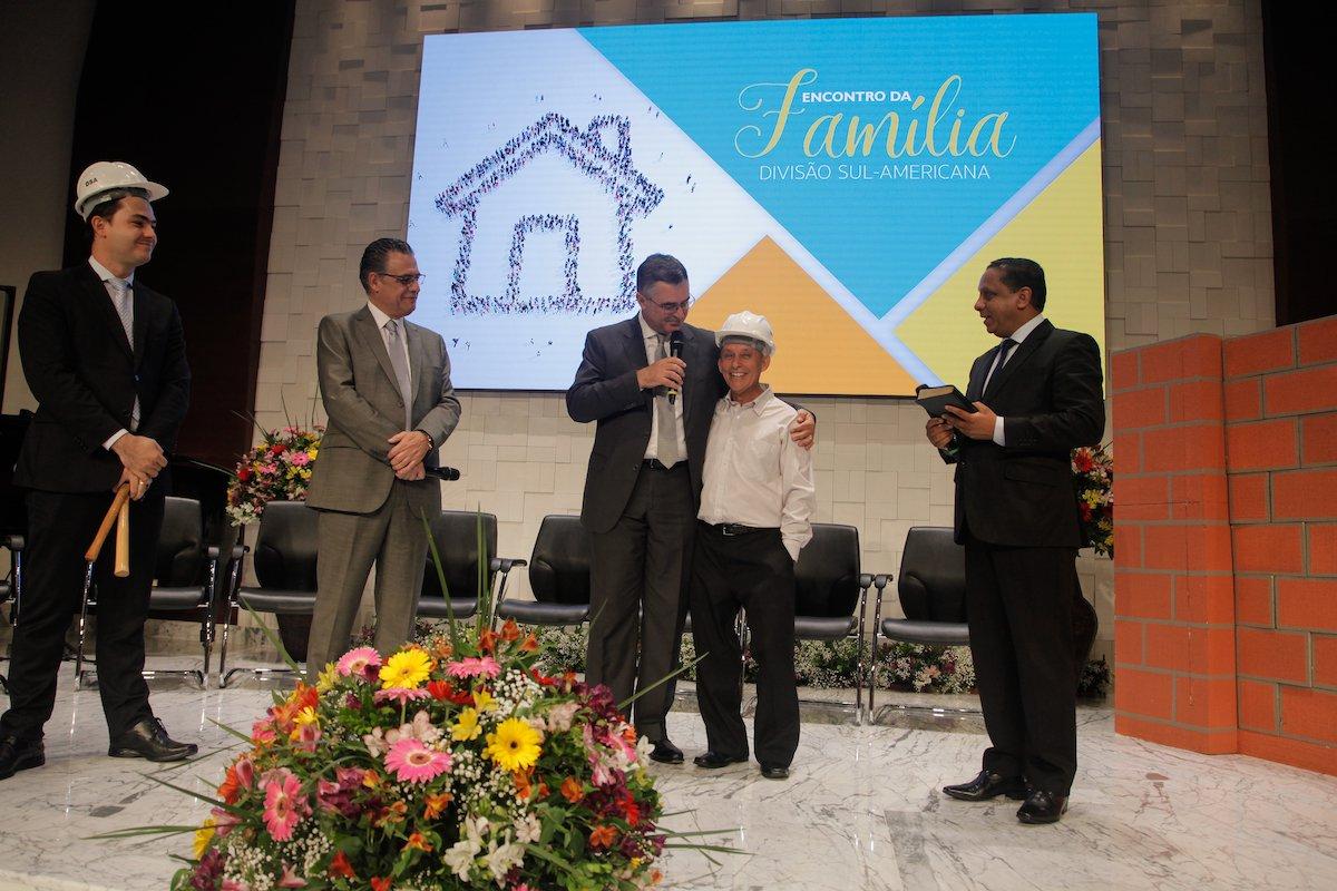 Ivón construyó el auditorio donde fue bautizado  Noticias