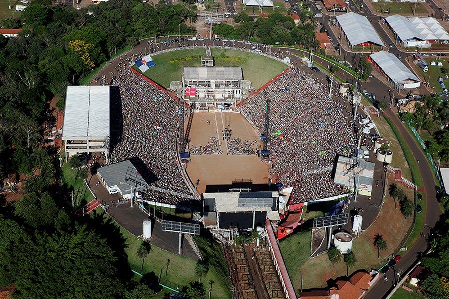 ]  En la Arena del Parque do Peão, en 2014, los 35 mil conquistadores participantes del IV Camporí Sudamericano (Foto: divulgación).