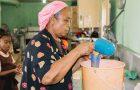 Adventistas en Belice cocinan para niños necesitados en edad escolar