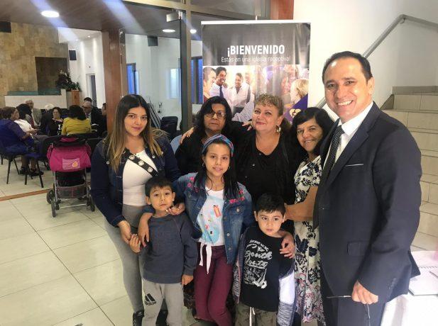 Alejandra Roca junto a su familia y directoras del ministerio carcelario en Antofagasta