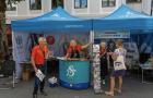 Adventistas noruegos entablan relaciones sociales en una feria callejera