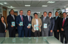 Alcalde de Quito, Ecuador, recibe el libro misionero Esperanza para la familia
