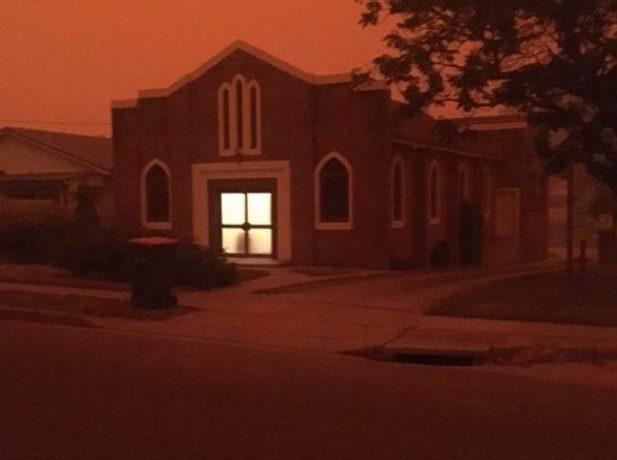 Tiemplo adventista de Bega rodeada de abundante humo (Foto: Asociación New South Wales del Sur).