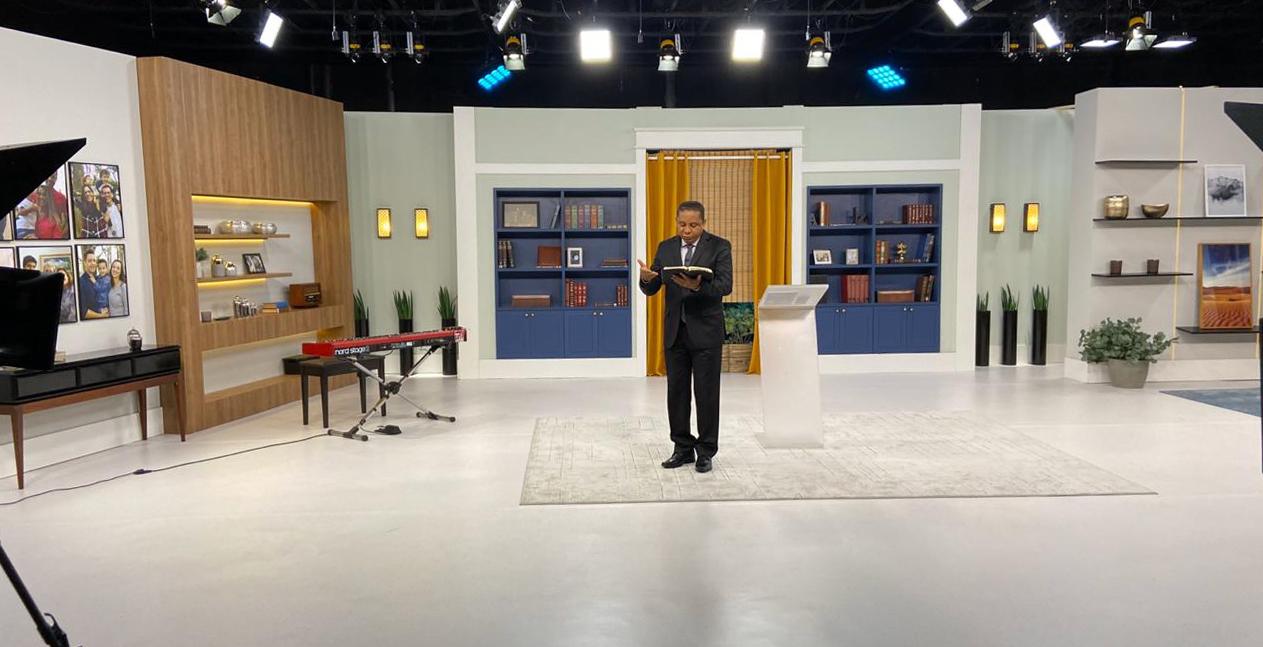 El pastor Luís en los estudios de la TV Nuevo Tiempo durante las grabaciones (Foto: Archivo personal).