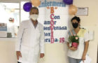 Enfermera es recibida por sus compañeros luego de vencer al coronavirus