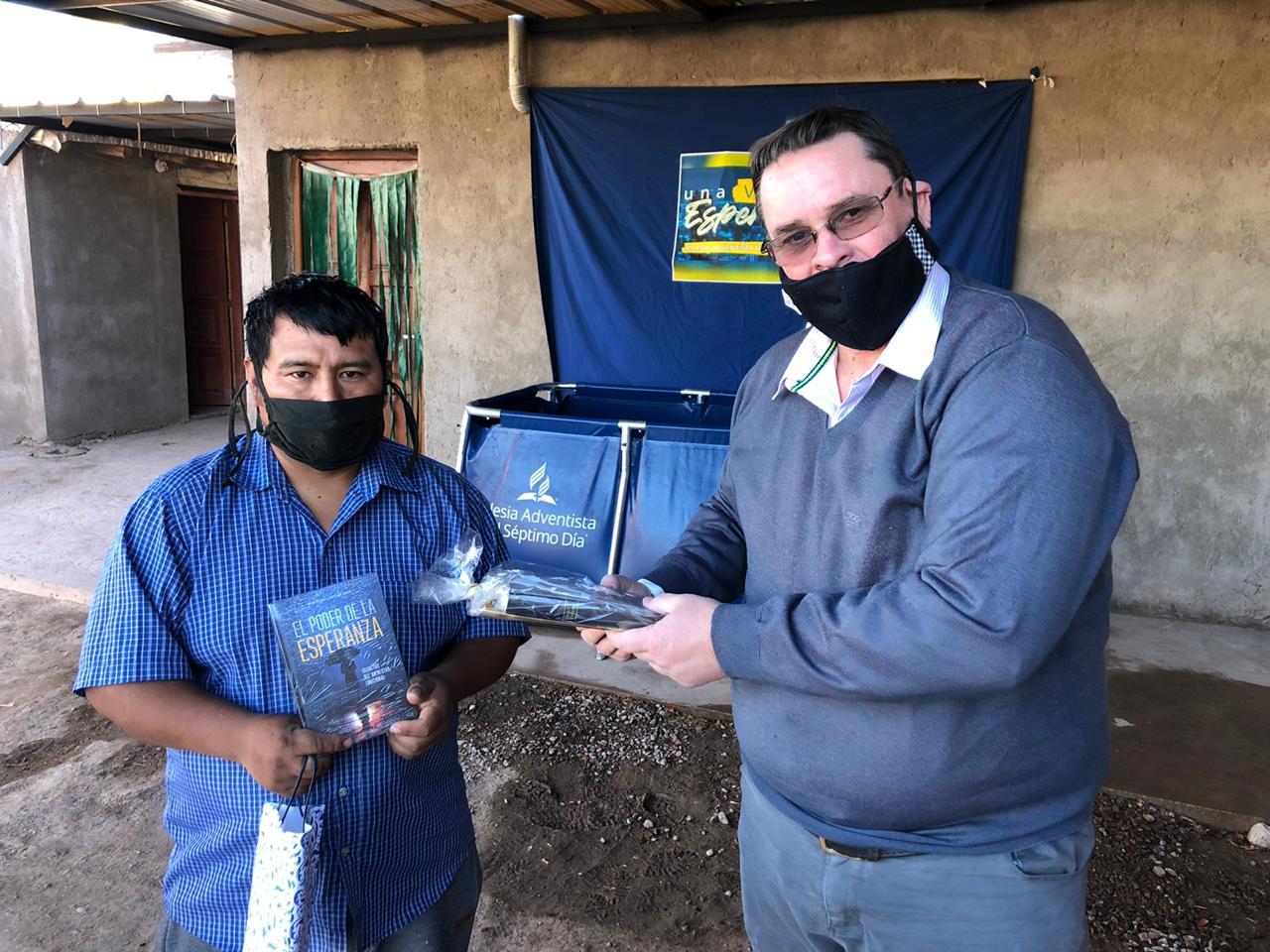 Diego Armando Maraza recibe materiales después de su bautismo