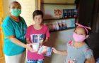 Mujer se une al Impacto Esperanza regalando libro misionero y un pote de helados