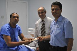 Funcionários do HASP visitam pacientes para levar esperança.