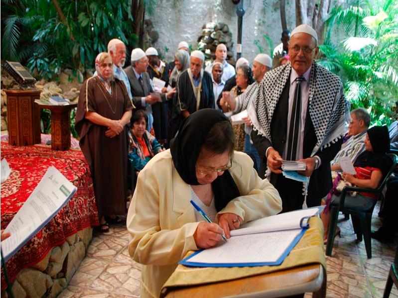 Cerimônia de oficialização da igreja, em que futuros membros assinam livro de registros.