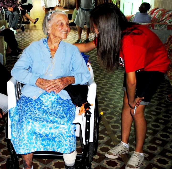Carinho e atenção marcam visita a idosos.