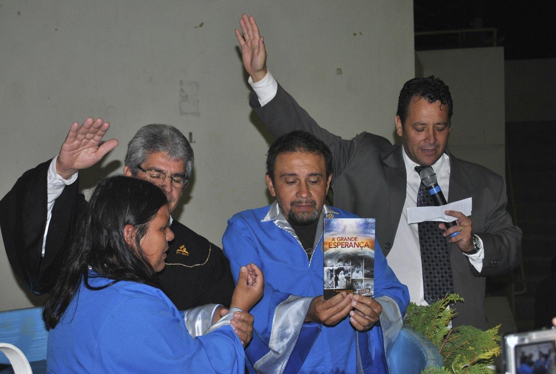 Momento do batismo: em destaque, o livro missionário
