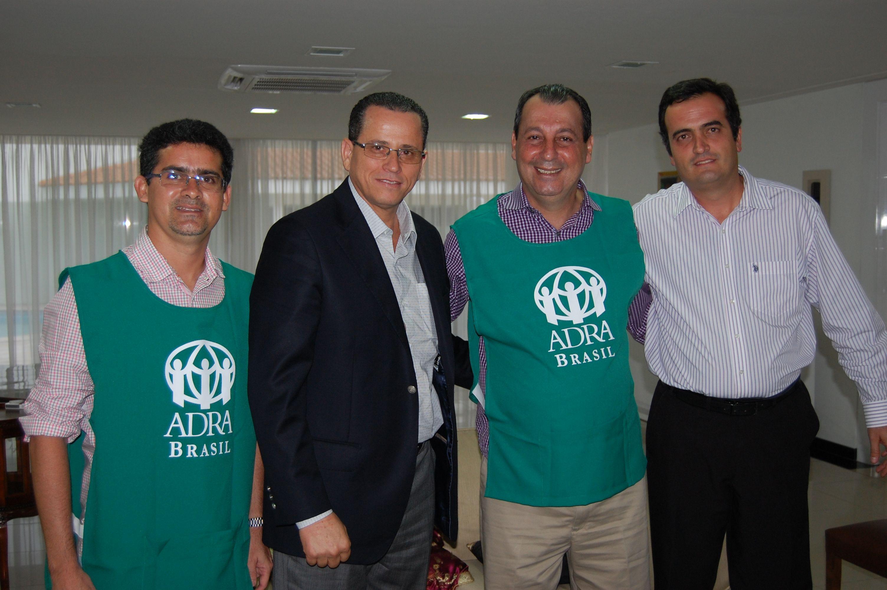 Governador do Amazonas (terceiro da esquerda para direita) vestiu jaleco da ADRA durante visita de líderes