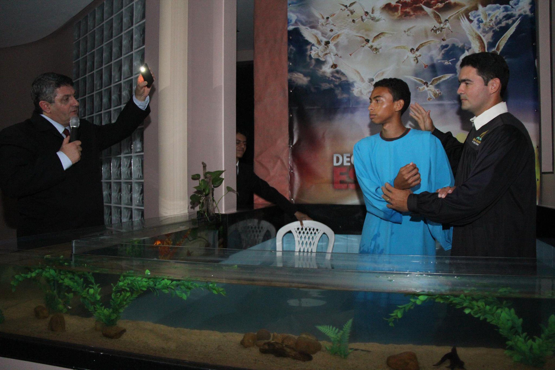 Batismo estão acontecendo todas as noites.