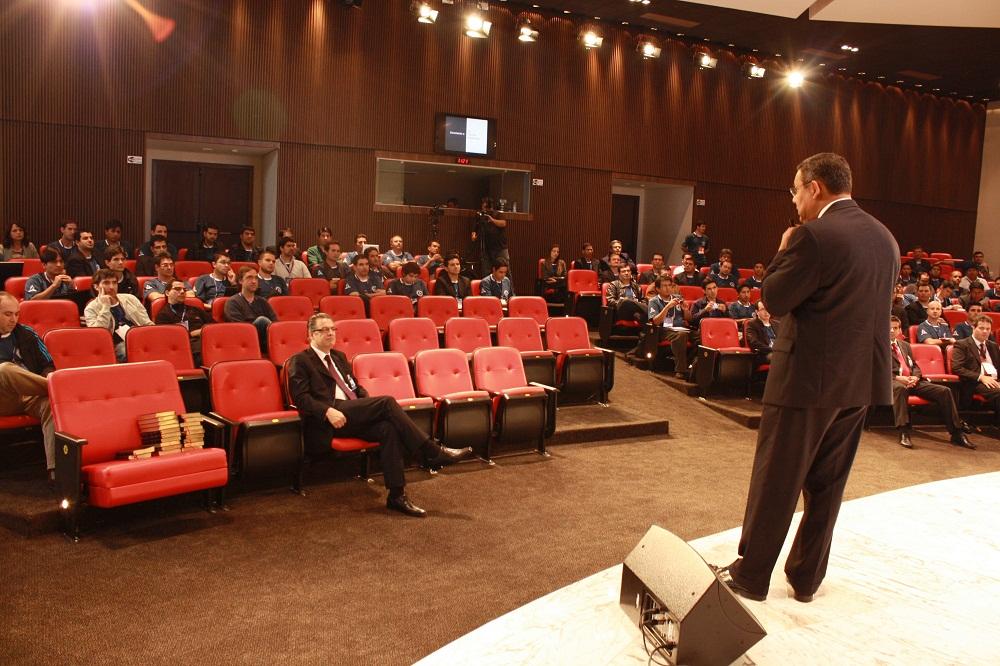Pastor Juan Prestol, tesoureiro associado da igreja mundial, fala para os participantes do congresso.
