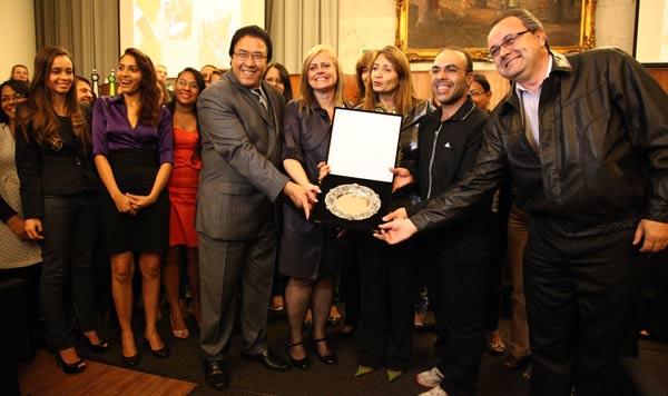 Representantes e alunos do Centro Universitário Adventista recebem Salva de Prata pelo 1º lugar no Prêmio Trote Solidário.