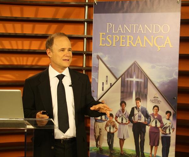 Pastor Emílio Adbala.