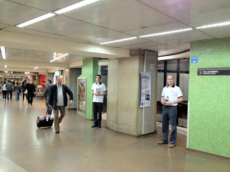 Passageiros recebem passaporte da esperança.
