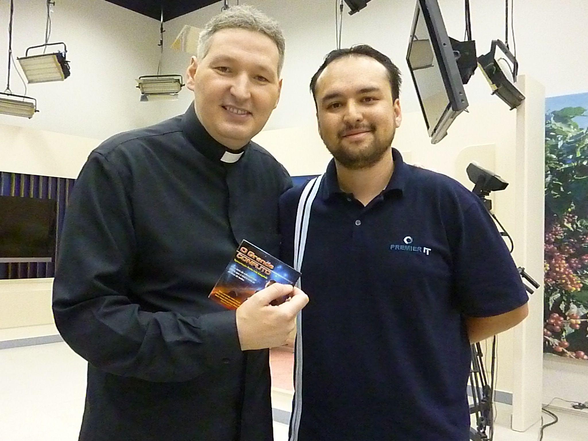 Funcionário da Globo de Londrina, PR, entrega DVD para padre Marcelo Rossi.