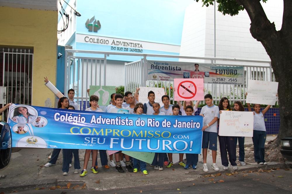 """""""Troque a nicotina por uma vitamina"""", com esse tema os alunos realizaram uma passeata no Rio de Janeiro."""
