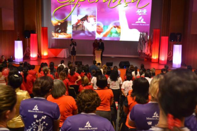 O teatro Gustavo Leite tornou-se pequeno com a presença de mais de 1.300 mulheres.