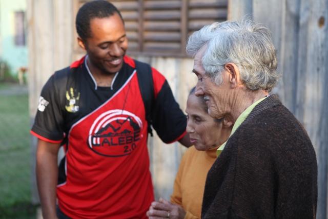 Calebes realizam visitas às famílias que frequentam as reuniões evangelísticas