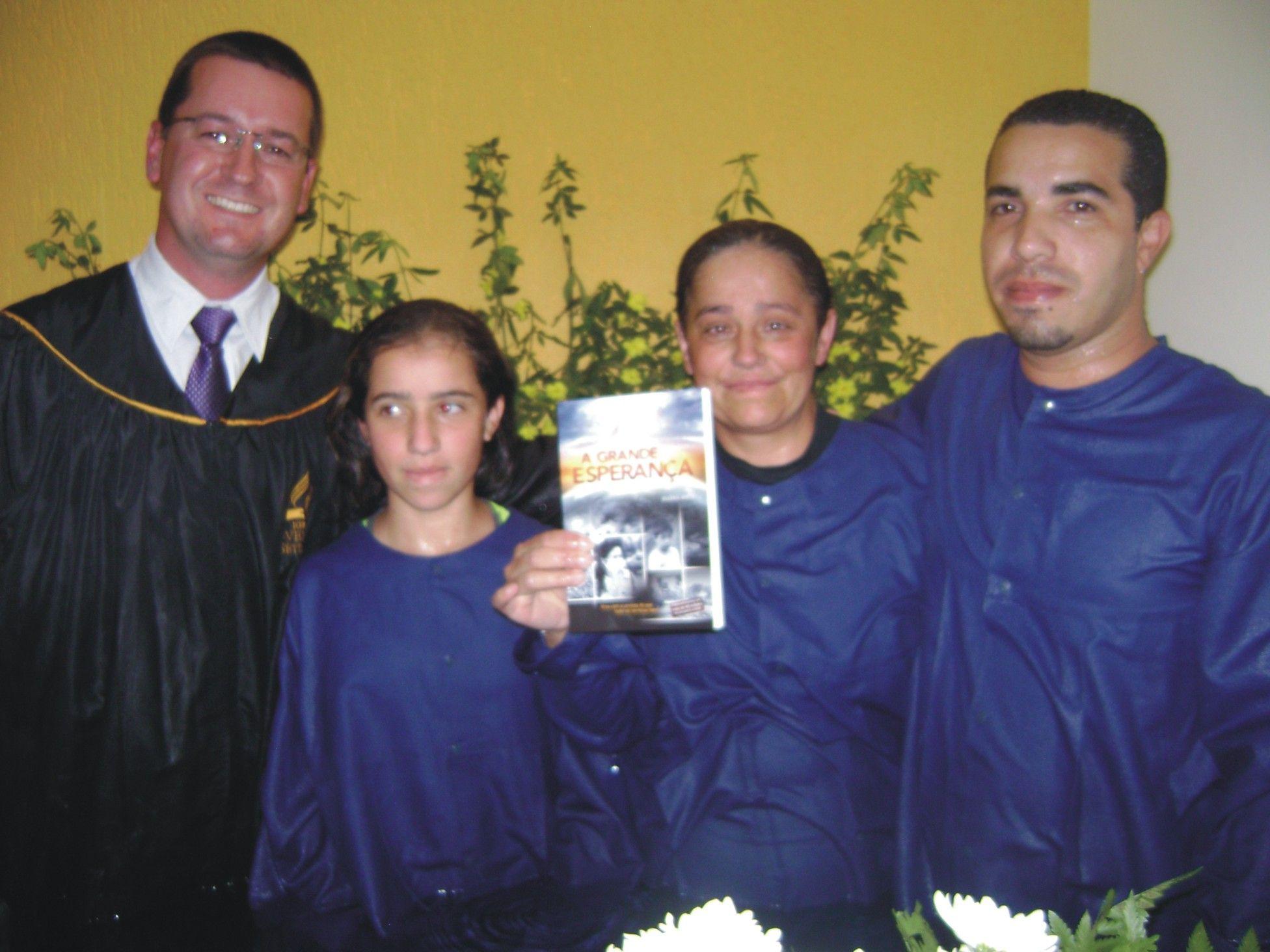 À beira da separação, o casal encontrou nova vida com a leitura do livro. Ambos foram batizados