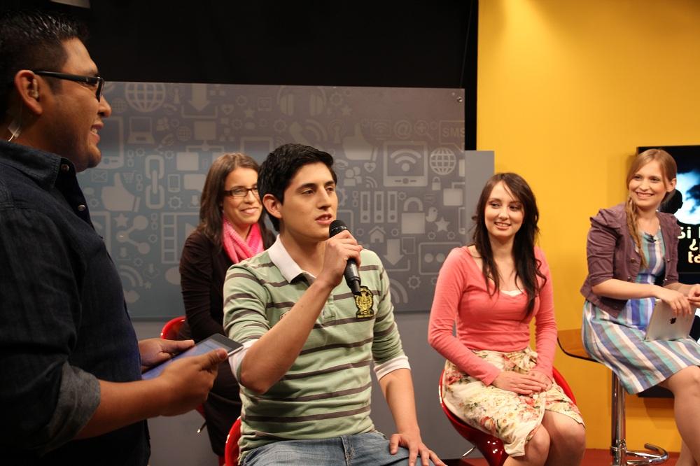 Jovens participam da série de estudos sobre profecia.