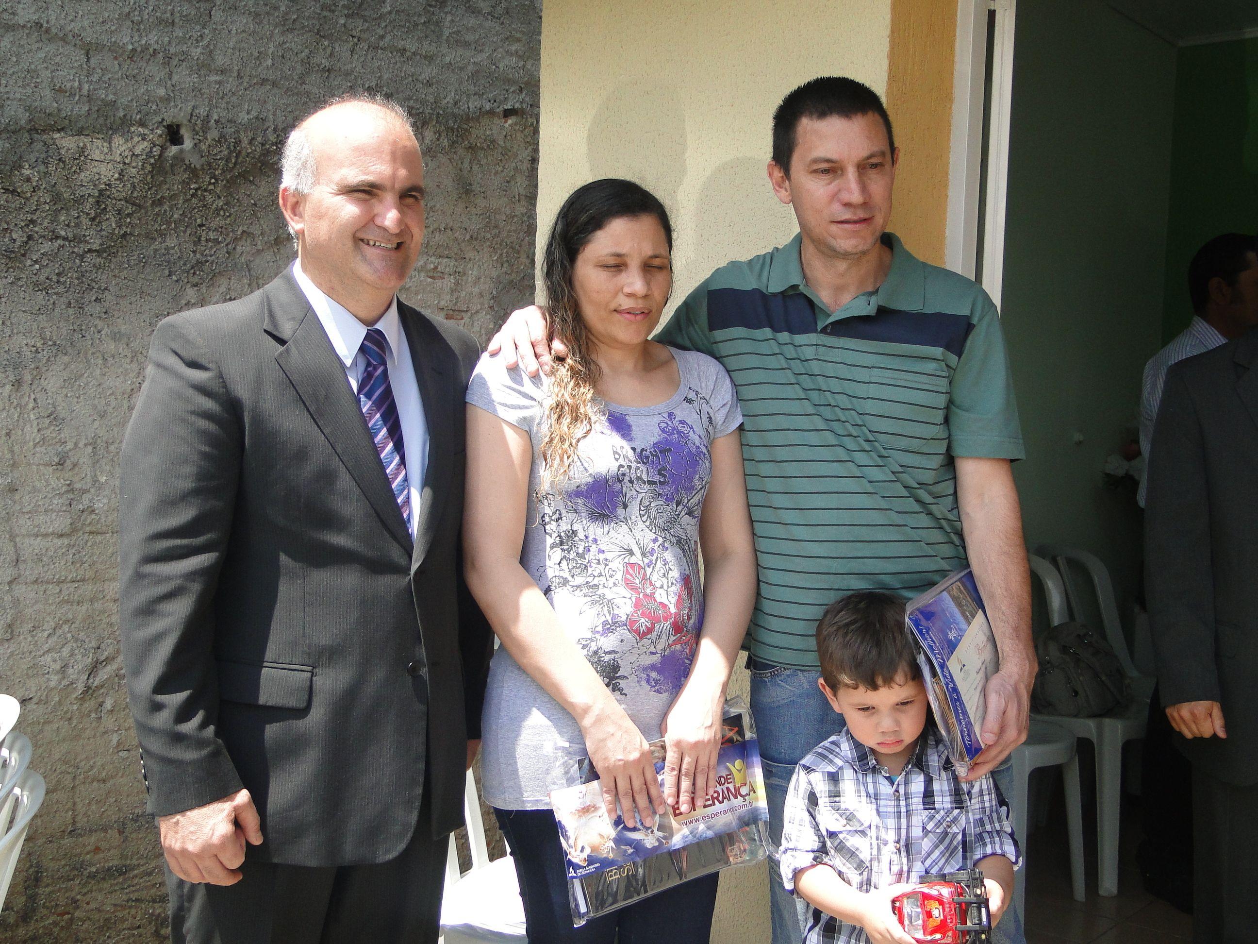 A família Schutzer acompanha a TV Novo Tempo em Curitiba através do canal 35 - Crédito: Márcio Vivan