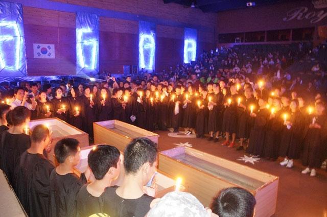 Os presentes seguraram velas no culto, na última noite, da série de evangelismo em Ulaanbaatar.